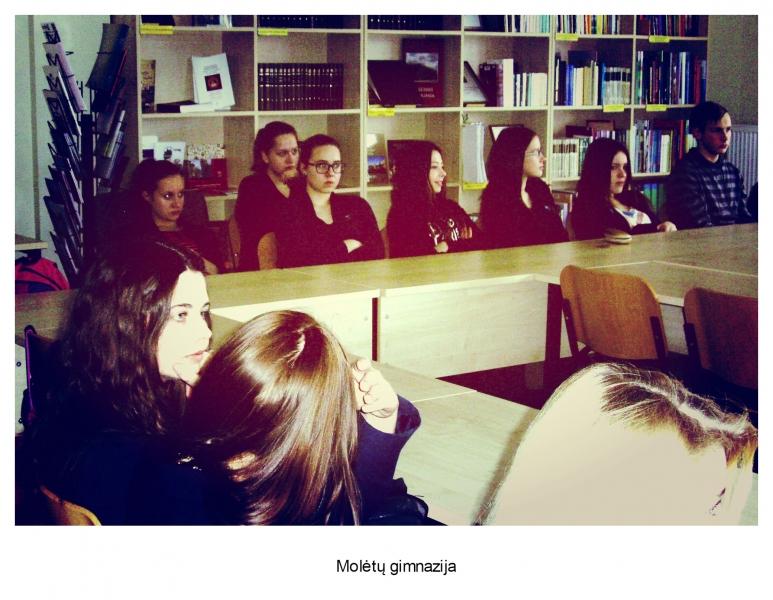Molėtų gimnazija (bibliotekos vedėjos Vidos Juknevičienės nuotrauka)